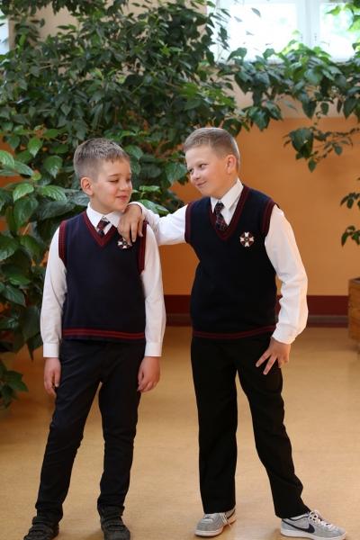 Divi zēni  1.-4. klašu svētku formās