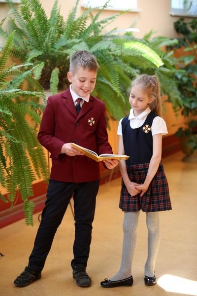 Meitene un zēns 1.-4. klašu svētku formās