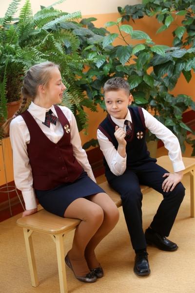 Meitene un zēns 5.-6. klašu svētku formās