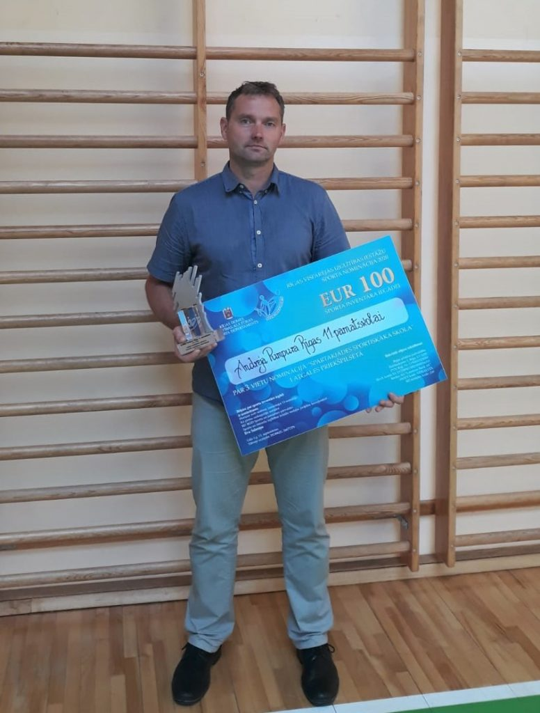 """Sporta skolotājs ar """"EUR 100"""" sertifikātu rokās"""
