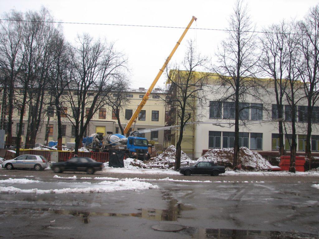 Skolas ēka ar celtniecības mašīnām un smilšu kaudzēm pagalmā - skats no Maskavas ielas