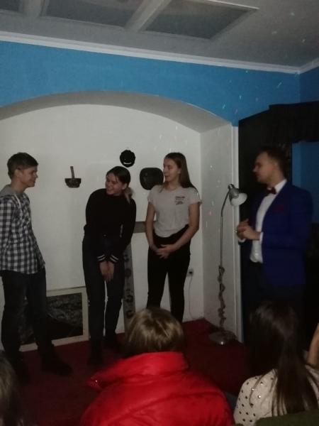 Trīs skolēni improvizē režisora vadībā