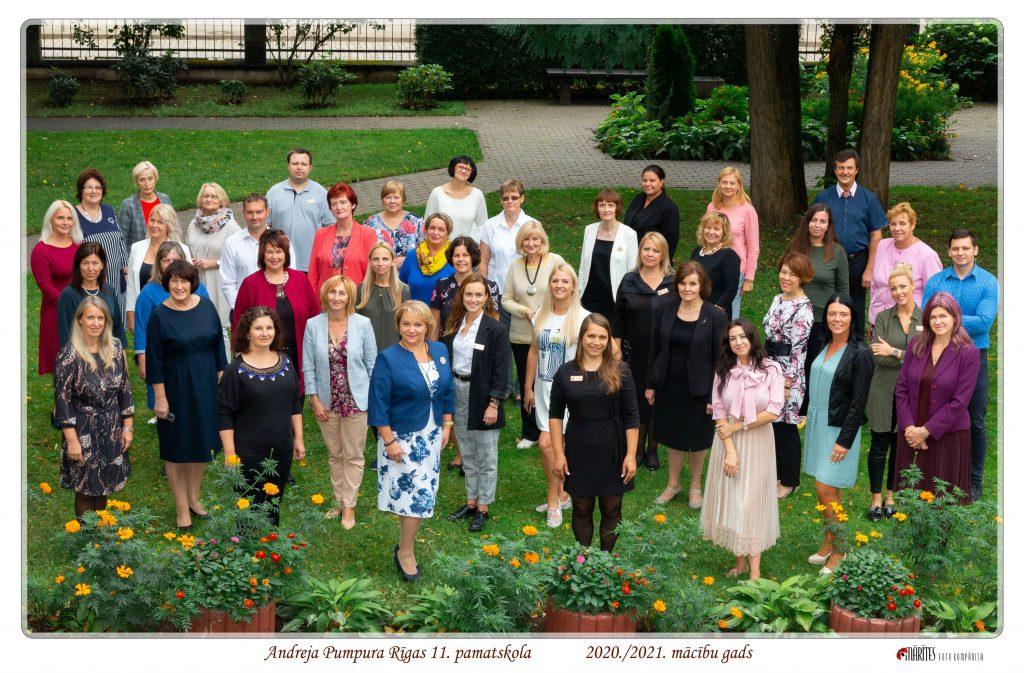 Saposušies un smaidīgi skolotāji pilnā sastāvā skolas pagalmā (2020. gada septembris)