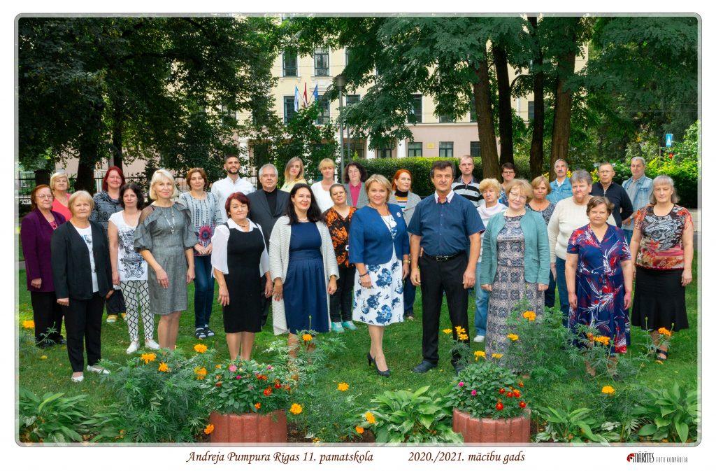 Saposušies un smaidīgi tehniskie darbinieki pilnā sastāvā skolas pagalmā (2020.gada septembris)
