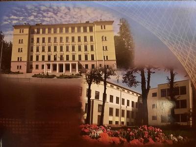 Apvienots sākumskolas un pamatskolas ēku attēls