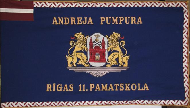 Karoga reverss -uz tumši zila fona izšūts Rīgas ģerbonis, kuru  augšā un apakšā ietver skolas nosaukums. Kreisajā pusē augšmalā neliels Latvijas karogs.